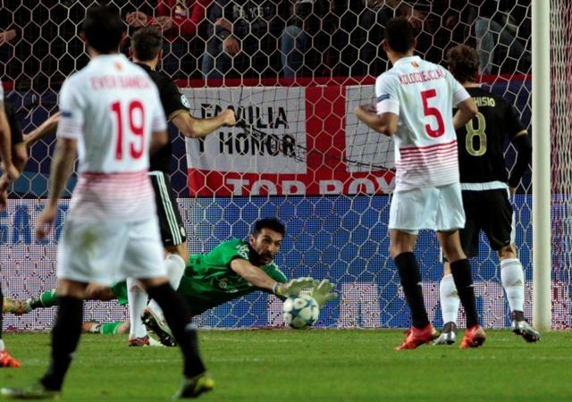 Na snímke uprostred brankár Turína Gianluigi Buffon v zápase D-skupiny 6. kola skupinovej fázy futbalovej Ligy majstrov FC Sevilla - Juventus Turín