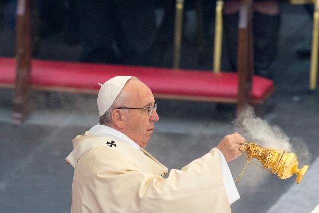 Na snímke pápež František počas celebrovania svätej omše na Námestí Sv. Petra vo Vatikáne