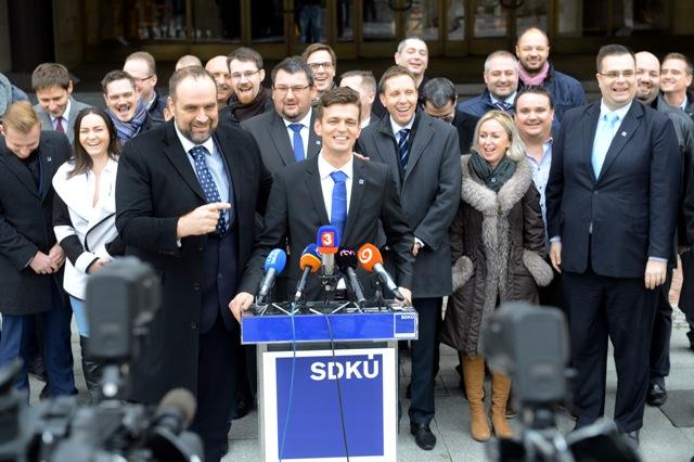 Šéf strany Pavol Frešo predstavil na tlačovke kadidátku a priority svojej strany pred marcovými parlamentnými voľbami. Na snímke predseda SDKÚ - DS Pavol Frešo (tretí zľava) a predseda Ústrednej rady SDKÚ - DS Milan Roman (štvrtý zľava)