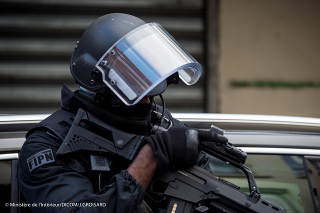 Na ilustračnej snímke z francúzskeho ministerstva vnútra  príslušník špeciálnych policajných síl počas policajnej operácie v Saint-Denis pri Paríži