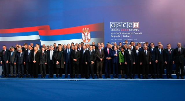 Ministri zahraničných vecí a diplomati pózujú na spoločnej fotografii na 22. konferencii ministrov zahraničných vecí OBSE v Belehrade