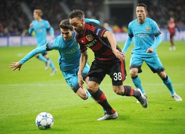 Na ilustračnej snímke hráč Barcelony Sergio Busquets (vpravo) a hráč Bayeru Karim Bellarabi (vľavo) v zápase 6. kola skupinovej fázy futbalovej Ligy majstrov E-skupiny Bayer Leverkusen - FC Barcelona v Leverkusene
