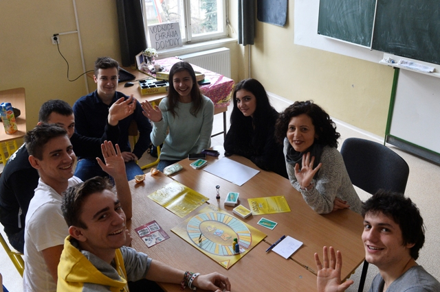 Profesorka a študenti hrajú na hodine angličtiny spoločenskú hru počas protestnej akcie Babysitting Day - Deň varovania na Gymnáziu Ľudovíta Štúra v Trenčíne