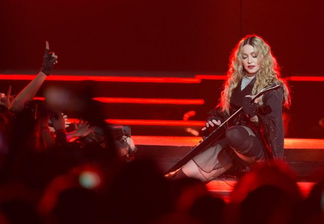 Na snímke americká popová speváčka Madonna hrá na gitare na koncerte v rámci svojho turné Rebel Heart v Paríži 9. decembra 2015