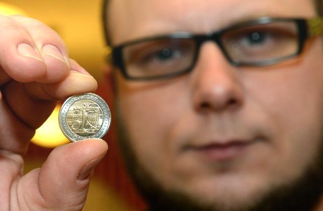 Na snímke autor mince Branislav Rónai z Kremnice ukazuje 5 dukát