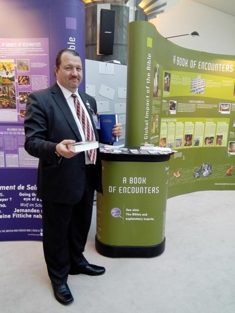 Europoslanec Branislav Škripek rozdáva Biblie v Európskom parlamente