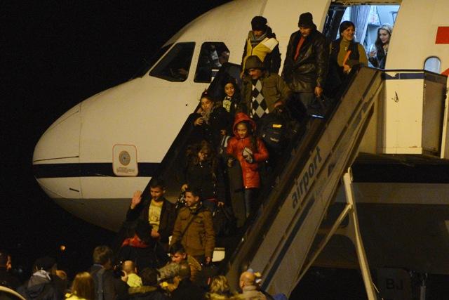 Na snímke asýrski kresťania vystupujú z lietadla na košickom letisku 10. decembra 2015