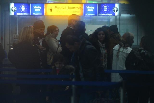 Na snímke asýrski kresťania v priestoroch pasovej kontroly na košickom letisku 10. decembra 2015