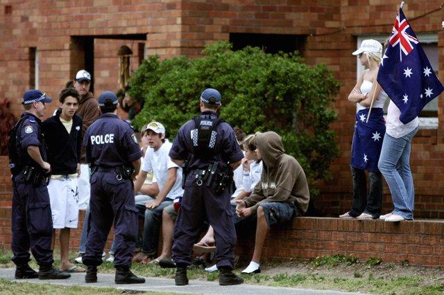 Snímka z 13. decembra 2005, kde policajti vypočúvajú austrálsku mládež v Sydney v snahe potlačiť násilnosti medzi Austrálčanmi a etnickými skupinami