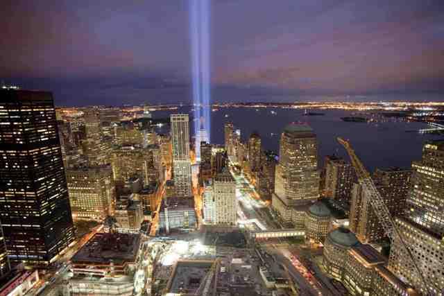 Dvojičky vytvorené zo svetla počas deviateho výročia útokov na Dvojičky Svetového obchodného centra