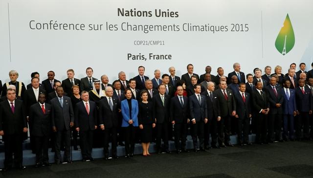 Svetoví lídri pózujú počas skupinovej fotografie na klimatickom summite OSN v Paríži (COP21)