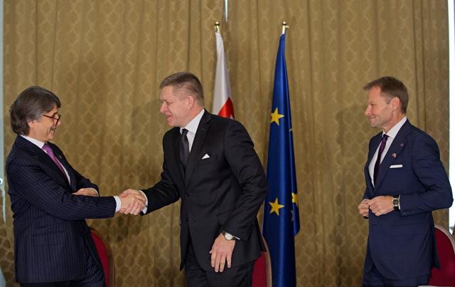 Na snímke zľava generálny riaditeľ automobilky Jaguar Land Rover Ralf Dieter Speth, premiér Robert Fico a minister hospodárstva SR Vazil Hudák  po slávnostnom podpise investičnej zmluvy medzi vládou SR a automobilkou Jaguar Land Rover na Úrade vlády SR v Bratislave