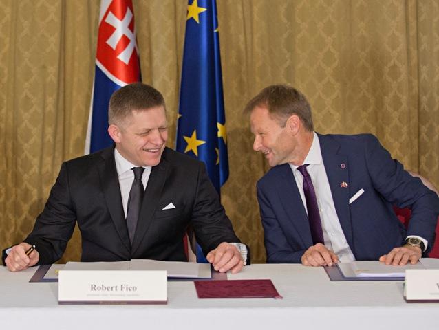 Na snímke zľava predseda vlády SR Robert Fico a  minister hospodárstva SR Vazil Hudák počas slávnostného podpisu investičnej zmluvy medzi vládou SR a automobilkou Jaguar Land Rover na Úrade vlády SR v Bratislave 11. decembra 2015