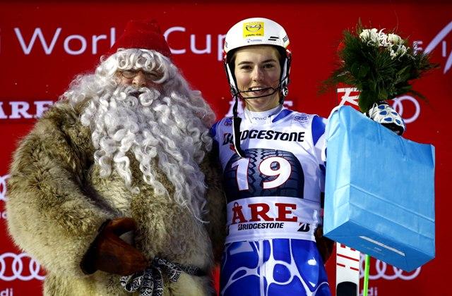 Slovenská lyžiarka Petra Vlhová oslavuje na pódiu so Santa Clausom víťazstvo slalomu Svetového pohára v alpskom lyžovaní vo švédskom stredisku Aare