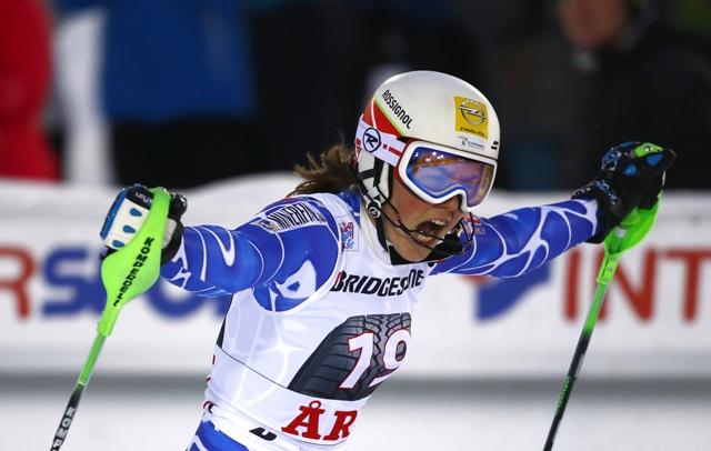 Slovenská lyžiarka Petra Vlhová oslavuje v cieli víťazstvo slalomu Svetového pohára v alpskom lyžovaní vo švédskom stredisku Aare