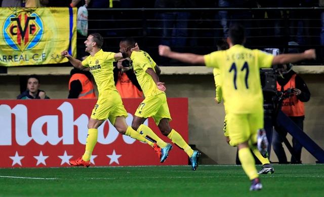 Hráč Villarealu Roberto Soldado (vľavo) oslavuje so spoluhráčmi gól v zápase 15. kola španielskej La Ligy FC Villareal - Real Madrid vo Villarreale