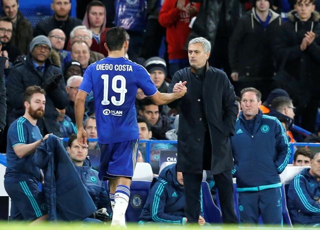 Tréner Chelsea Londýn José Mourinho (vpravo) si podáva ruku so svojím zverencom Diegom Costom