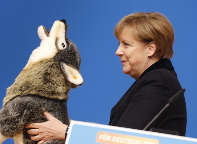 Na snímke nemecká kancelárka Angela Merkelová s darčekom v podobe veľkého plyšového vlka počas zjazdu svojej Kresťanskodemokratickej únie (CDU) v Karlsruhe