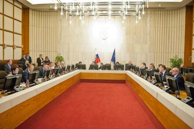 Na ilustračnej snímke pohľad do rokovacej miestnosti počas 191. schôdze vlády SR v Bratislave