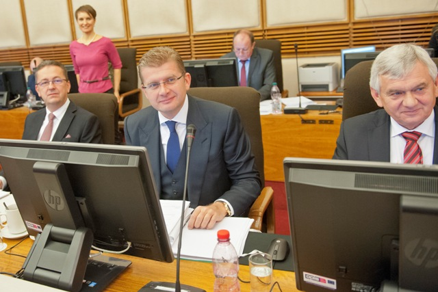Na ilustračnej snímke zľava minister obrany SR Martin Glváč, minister životného prostredia SR Peter Žiga a minister pôdohospodárstva SR Ľubomír Jahnátek počas 191. schôdze vlády SR v Bratislave