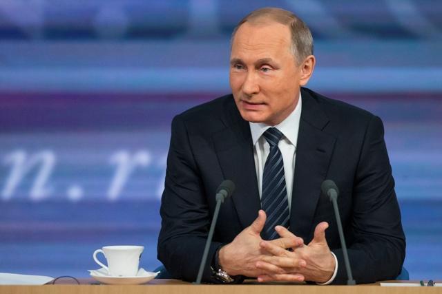 Ruský prezident Vladimir Putin sa usmieva na tradičnej koncoročnej tlačovej konferencii 17. decembra 2015 v Moskve
