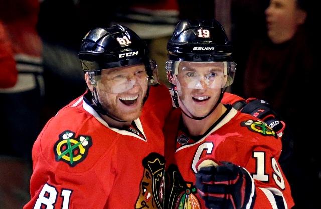 Hráči Chicaga Marián Hossa (vľavo) a Jonathan Toews sa tešia po góle Teuvo Teravainena v zápase hokejovej zámorskej NHL Edmonton Oilers - Chicago Blackhawks v Chicagu