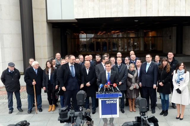 Na ilustračnej snímke predseda SDKÚ - DS Pavol Frešo (štvrtý zľava) a predseda Ústrednej rady SDKÚ - DS Milan Roman (šiesty zľava). Uprostred pri rečníckom pulte Peter Húska