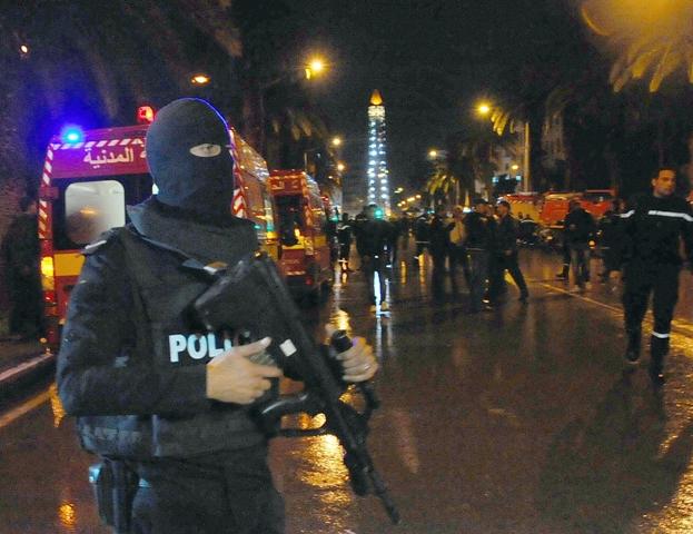 Na ilustračnej snímke policajt na mieste výbuchu autobusu v Tunise 24. novembra 2015