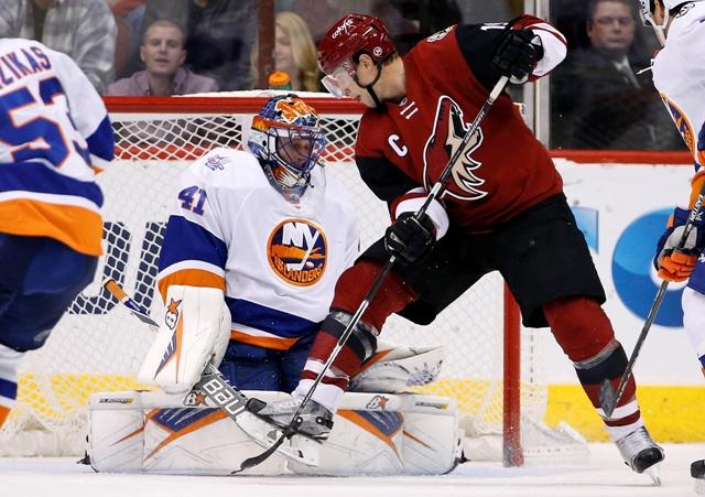 Na snímke brankár Jaroslav Halák z New Yorku Islanders a Shane Doan z Arizony Coyotes v zápase zámorskej NHL 19. decembra 2015 v Glendale