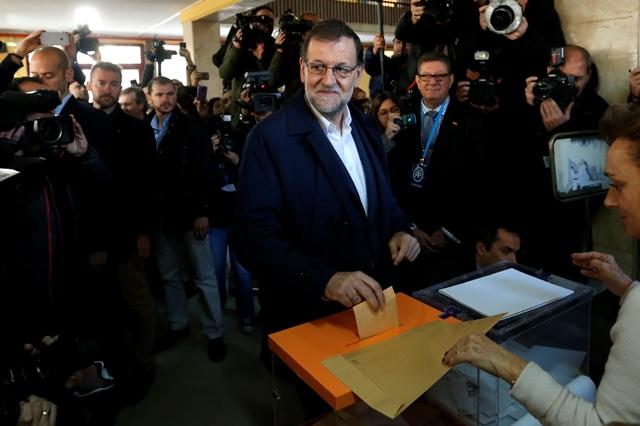 Španielsky premiér a líder vládnucej konzervatívnej Ľudovej strany (PP) Marian Rajoy vhadzuje svoj hlasovací lístok do urny počas parlamentných volieb 20. decembra 2015 v Madride