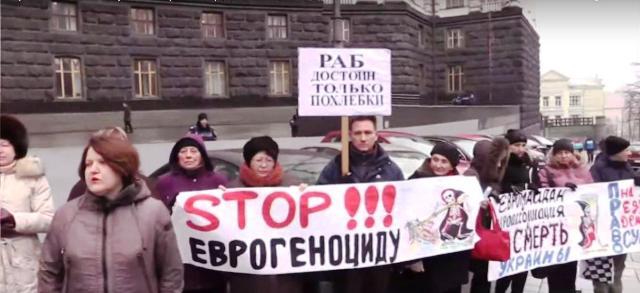V Kyjeve pred budovou Úradu vlády niekoľko desiatkov aktivistov protestovali proti politike súčasného vedenia Ukrajiny