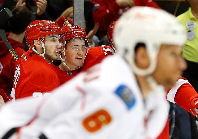 Na snímke vľavo slovenský útočník Detroitu Tomáš Jurčo a jeho spoluhčáč Dylan Larkin (vpravo) oslavujú gól v zápase hokejovej NHL Detroit Red Wings - Calgary Flames v noci na 21. decembra 2015