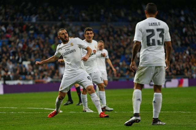 Karim Benzema (vľavo) z Realu Madrid sa raduje zo svojho gólu v zápase 16. kola najvyššej španielskej futbalovej ligy proti Rayo Vallecano 20. decembra 2015 v Madride. Real Madrid zvíťazil vysoko 10:2