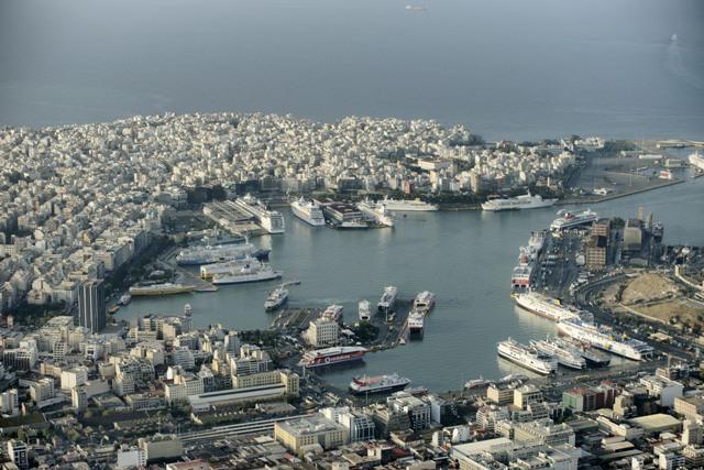 Na ilustračnej snímke pohľad na prístav Pireus pri Aténach