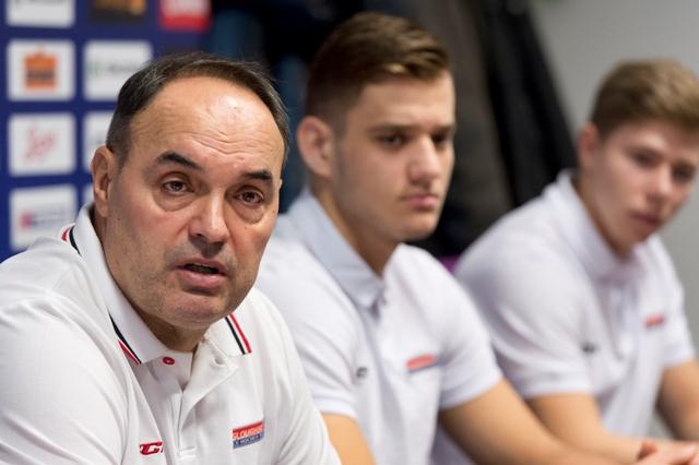 Na snímke zľava tréner hokejovej reprezentácie Slovensko U20 Ernest Bokroš, kapitán tímu Christián Jaroš a asistent kapitána Matúš Sukeľ