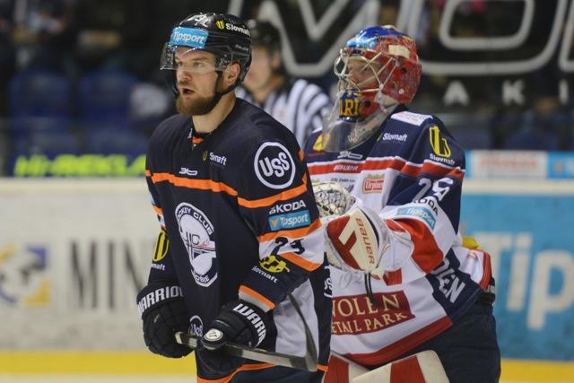 Na snímke vľavo hráč Košíc Matej Češík cloní pred bránou zvolenského brankára Samuela Baroša (vpravo) pri góle na 3:0 v zápase 31. kola hokejovej Tipsport Ligy HC Košice - HKM Zvolen