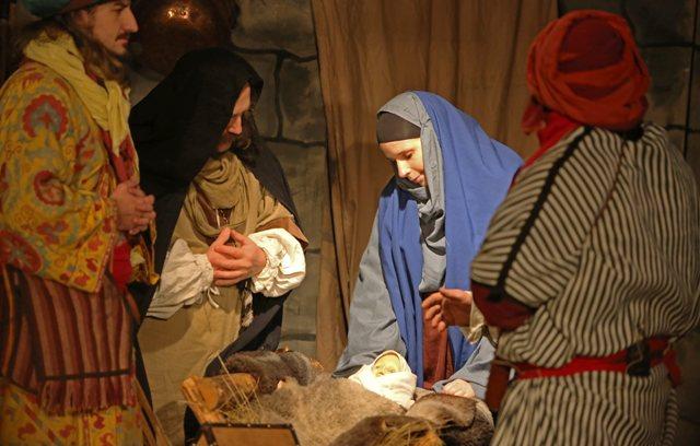 Na ilustračnej snímke predstavenie Živý Betlehem - Večný príbeh o narodení Ježiška v podaní skupiny historického šermu Spoločnosť veselých šermiarov Cassanova