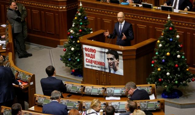 Ukrajinský premiér  Arsenij Jaceňuk reční počas debaty o štátnom rozpočte na rok 2016 na zasadnutí ukrajinského parlamentu, v Kyjeve