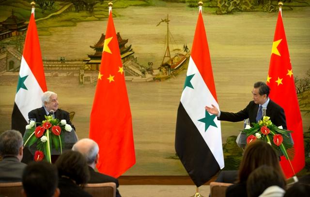 Čínsky minister zahraničných vecí Wang I (vpravo) počas spoločnej tlačovej konferencie so svojím sýrskym rezortným partnerom Walídom Mualimom po ich stretnutí v Pekingu
