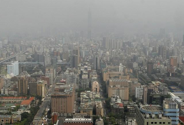 Na snímke 101-poschodová budova (v pozadí)