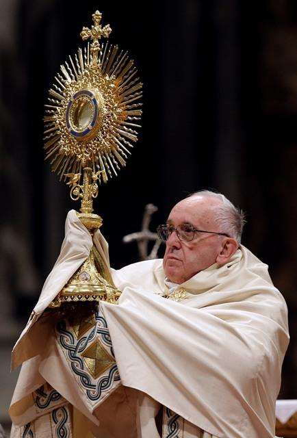 Pápež František drží monštranciu na tradičných silvestrovských nešporách (popoludňajších modlitbách) v Bazilike sv. Petra vo Vatikáne