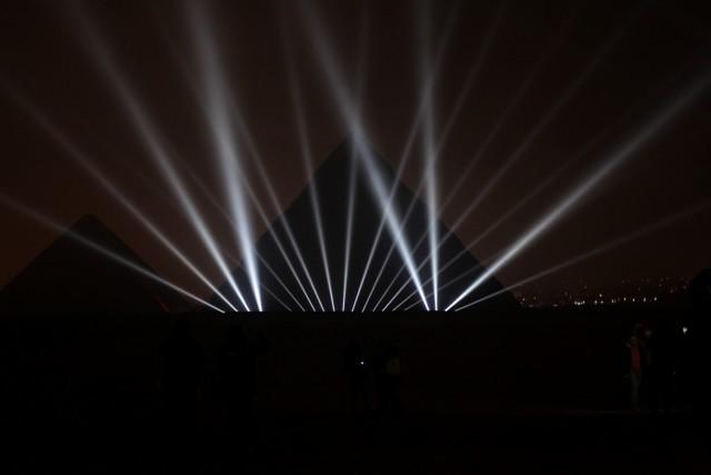 Na snímke osvetlené egyptské pyramídy počas osláv príchodu Nového roka v Gize 31. decembra 2015