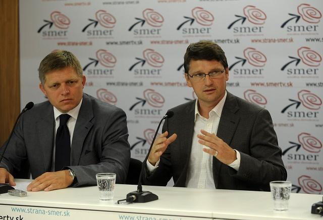 Predseda strany SMER-SD Robert Fico (vľavo) a podpredseda strany Marek Maďarič (vpravo)
