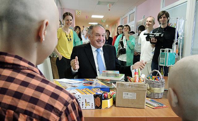 Na snímke uprostred prezident SR Andrej Kiska počas návštevy Kliniky pediatrickej onkológie a hematológie Detskej fakultnej nemocnice s poliklinikou (DFNsP) v Banskej Bystrici. Ilustračné foto