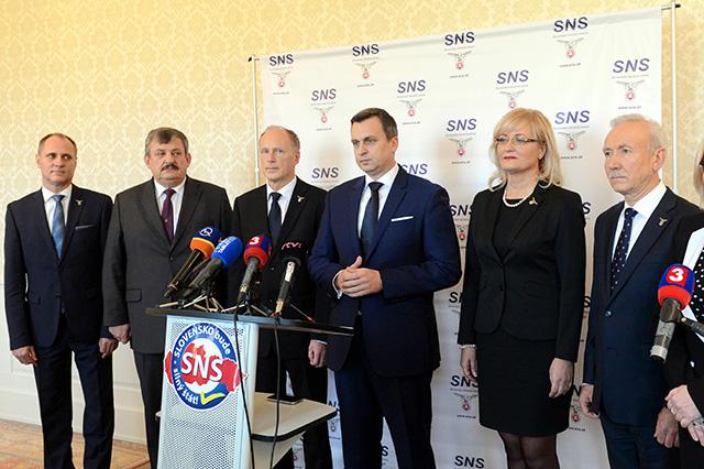 a snímke zľava podpredseda Slovenskej národnej strany (SNS) Vladimír Chovan, podpredseda SNS Anton Hrnko, 1. podpredseda SNS Jaroslav Paška,  predseda SNS Andrej Danko, podpredsedníčka SNS Eva Smolíková a podpredseda SNS Štefan Zelník