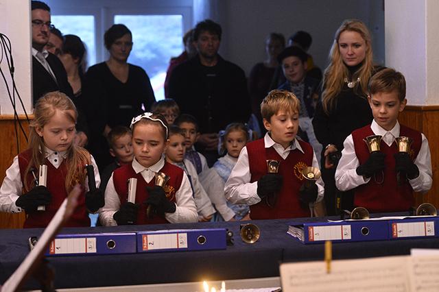 deti hra na zvončekoch vianočný koncert