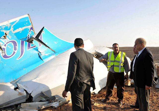 Na snímke  egyptský premiér Šaríf Ismáíl (vpravo) si prezerá časť ruského lietadla Airbus A321, ktoré havarovalo v Hasane v centrálnej časti egyptského Sinajského polostrova