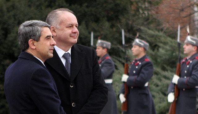 Na snímke prezidet SR Andrej Kiska (druhý zľava) a bulharský prezident Rosen Plevneliev počas stretnutia v Sofii