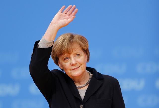 Na snímke nemecká kancelárka Angela Merkelová máva členom strany po svojom prejave počas zjazdu Kresťanskodemokratickej únie (CDU)