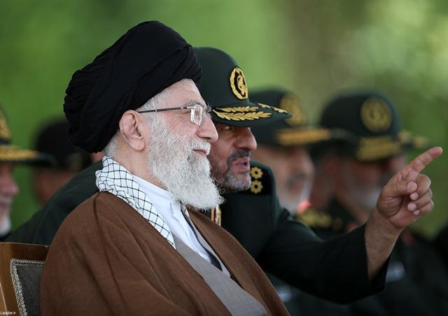 Na snímke najvyšší iránsky duchovný vodca ajatolláh Alí Chameneí (vľavo)